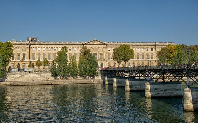 Лувър сграда
