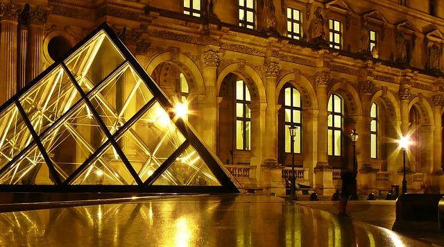 Пирамида Лувър