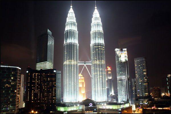 Кулите Петронас през нощта